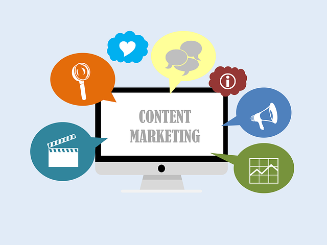 """displej s nejrůznějšími symboly ukazující """"obsahový marketing"""""""