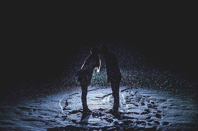 pár v zasněžené noci