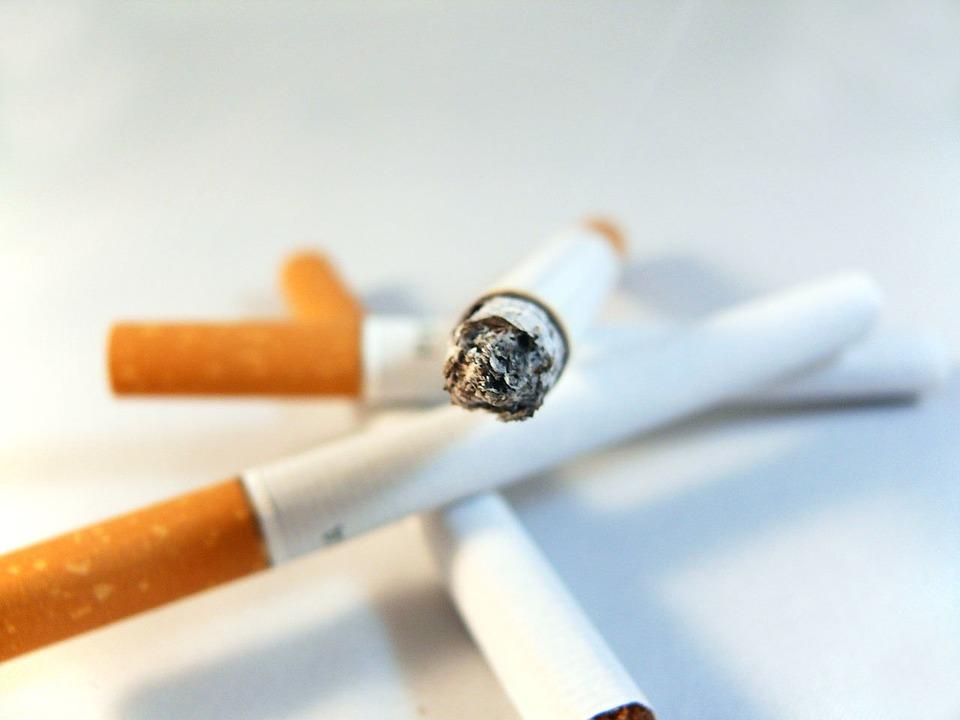 zapálená cigareta